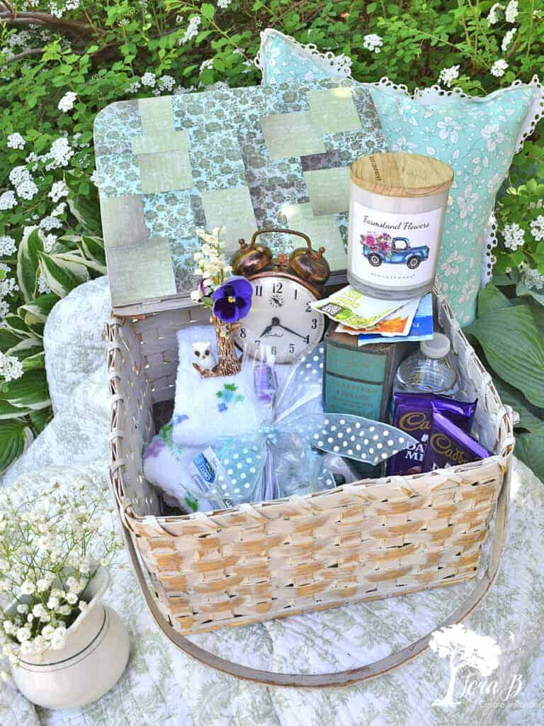 Learn what handy items you should include in this Welcoming Guest Room Basket Ideas
